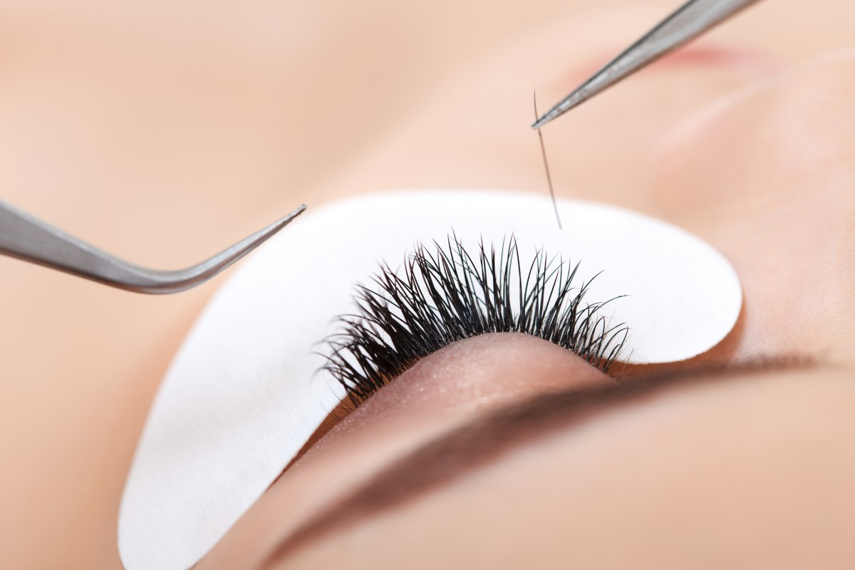 learn how to apply fake eyelashes