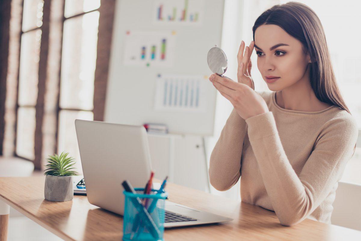 woman using makeup tips
